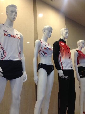 日本陸上競技連盟と大韓陸上競技連盟による代表ウェアの展示 日本陸上競技連盟と大韓陸上競技連盟によ