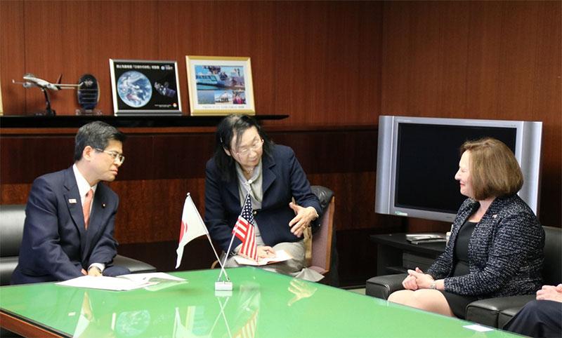 【平成28年3月25日】 アメリカ合衆国デブ・フィッシャー上院議員による石井大臣への表敬訪問