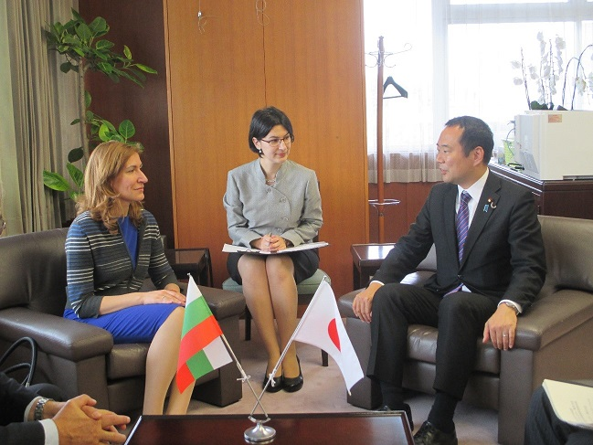 (photo)Parliamentary Vice-Minister, Mr. Fujii and Ms. Nikolina Angelkova, Tourism Minister of Bulgaria