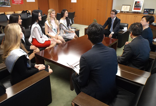 Senior Vice-Minister Tanaka speaks with the Visit Japan Tourism Ambassadors.