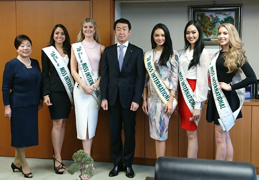 Commemorative photo of the Visit Japan Tourism Ambassadors and the Senior Vice-Minister Tanaka