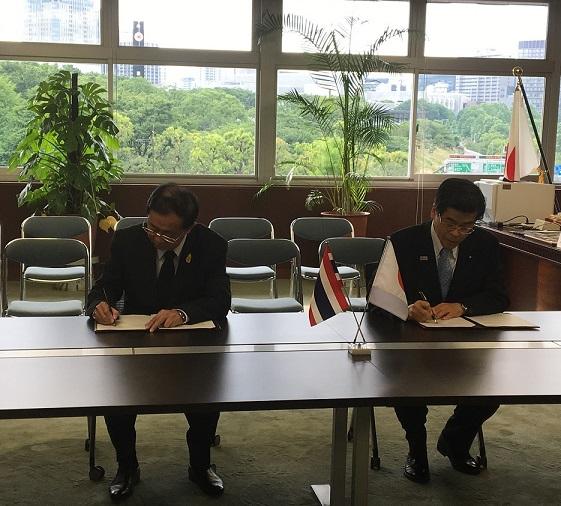 覚書署名時の様子(左:アーコム運輸大臣、右:石井国土交通大臣)