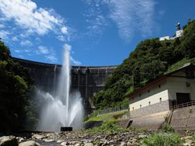 真名川ダム ~大自然に囲まれた大迫力の噴水と曲線美~
